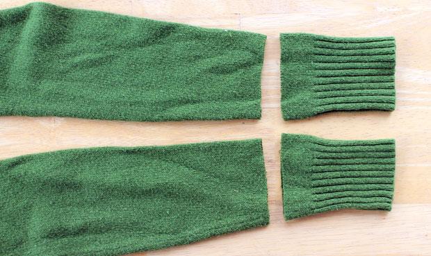 От каждого рукава со стороны резинки отмеряем примерно 6,5 см и отрезаем
