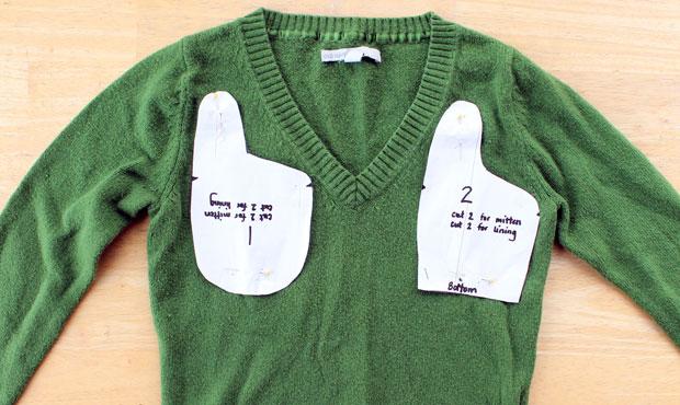 Булавками прикрепляем выкройки тыльных сторон варежек на свитер