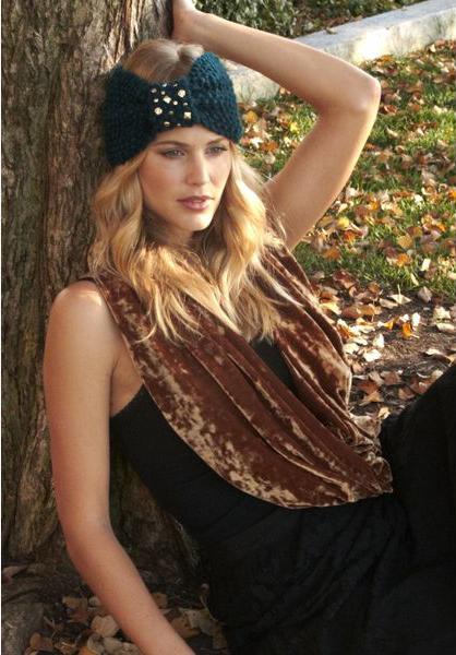 Для повседневного образа обратитесь к более интересной текстуре в виде вельветового шарфа