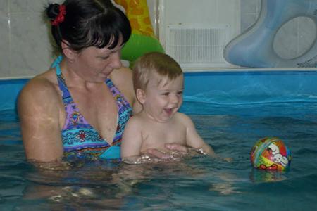 Обучение ребенка плаванию начинается с его ощущения комфорта при нахождении в воде