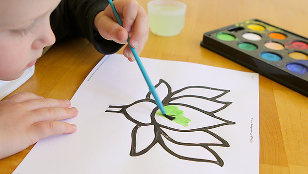 ребенок раскрашивает цветок