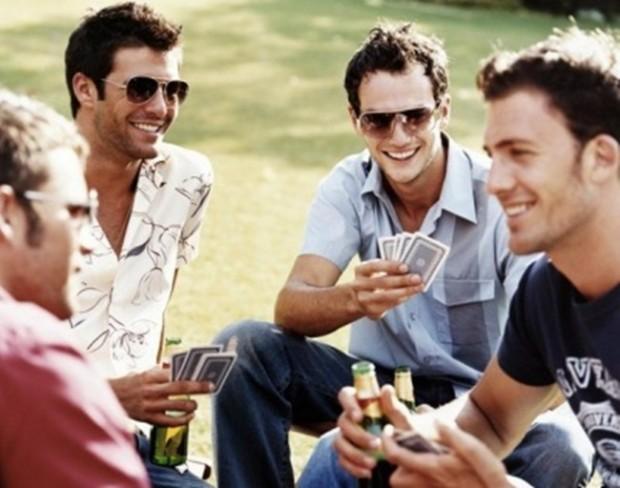парни в жизни мило общаются играют в карты