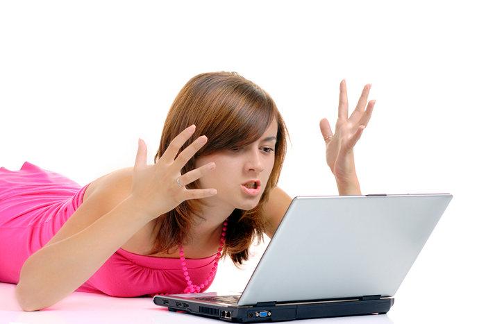 девушка за ноутбуками возмущена комментариями