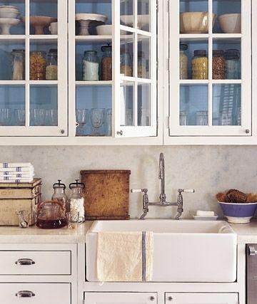 Помните, что очень грамотно и тонко подобранный цвет стен может полностью изменить вид гарнитура (мебели)
