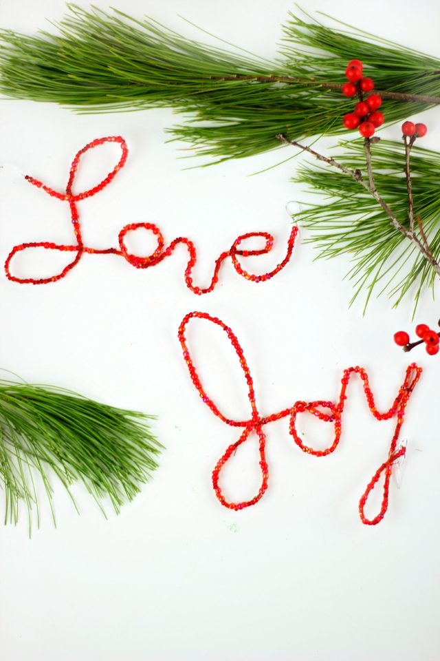 Как сделать простые, но эффектные зимне-новогодние элементы декора - слова из проволоки с бусинами