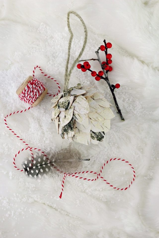 Как сделать простые, но эффектные зимне-новогодние элементы декора - шишки из березовой коры