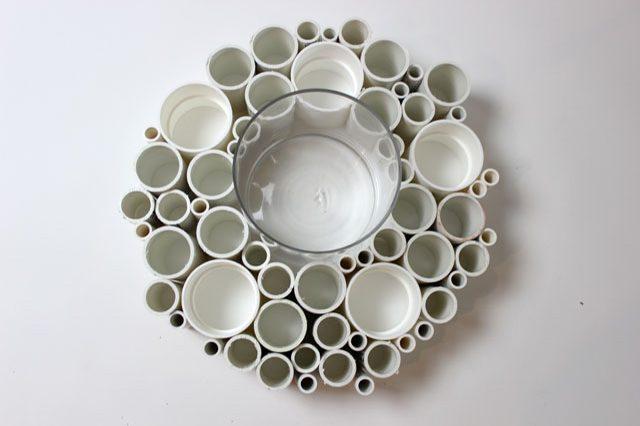 Складываем дизайн венка вокруг большого стакана или пиалы, трубы разного диаметра распределяем равномерно, создавая четкие очертания круга
