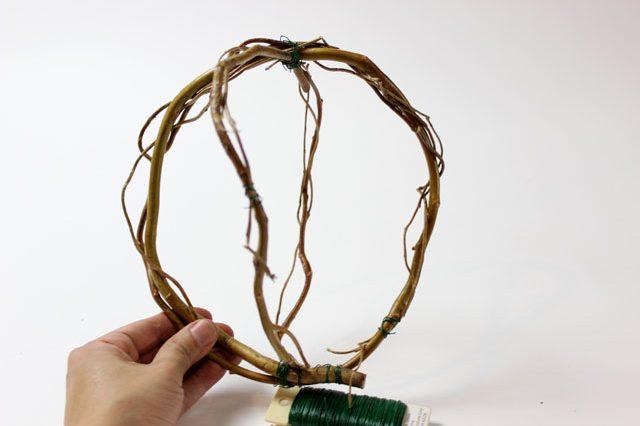 Из полученных кругов делаем шар: сначала два круга фиксируем проволокой под углом 90 градусов друг к другу