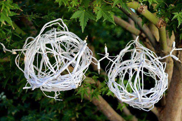Как сделать простые, но эффектные зимне-новогодние элементы декора - шары из ивы кудрявой с лампочками
