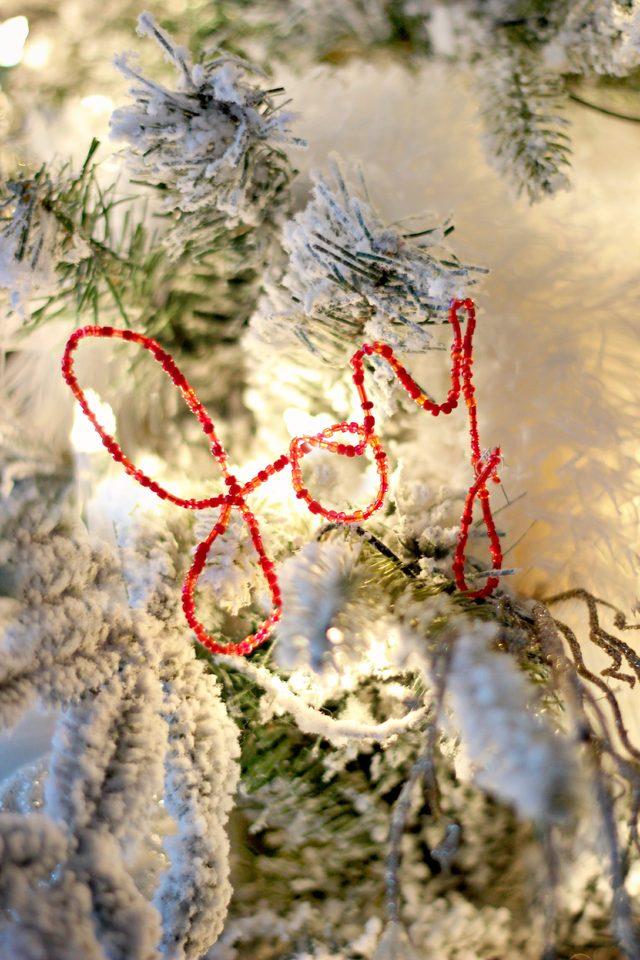 Как сделать простые, но эффектные зимне-новогодние элементы декора - слова из проволоки с бисером