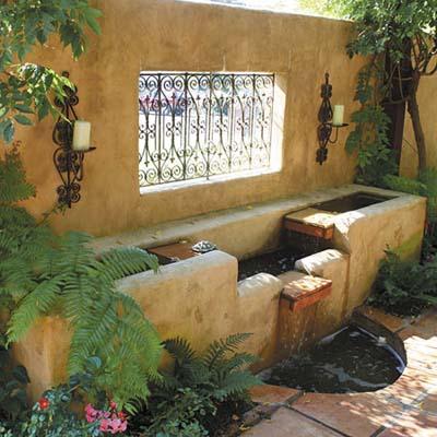 Замаскировать отдельные зоны дачного участка можно и фонтанами