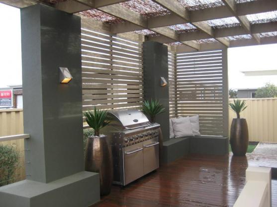Уединение на дачном участке: отделка панелями и перголы