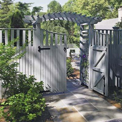 Современные деревянные заборы: когда можно поставить сплошной высокий забор, грамотно украсив его особой надстройкой