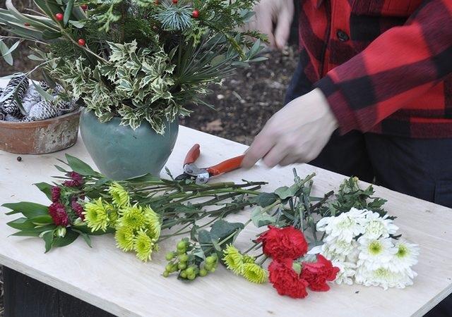 Далее выбираем цветы: самые простые и дешевые, но, как можете видеть на снимках, они дают огромную разницу в зимних букетах. Начните с того, чтобы разложить однотипные и в похожих оттенках цветы рядом друг с другом – так потом легче будет составлять букет.