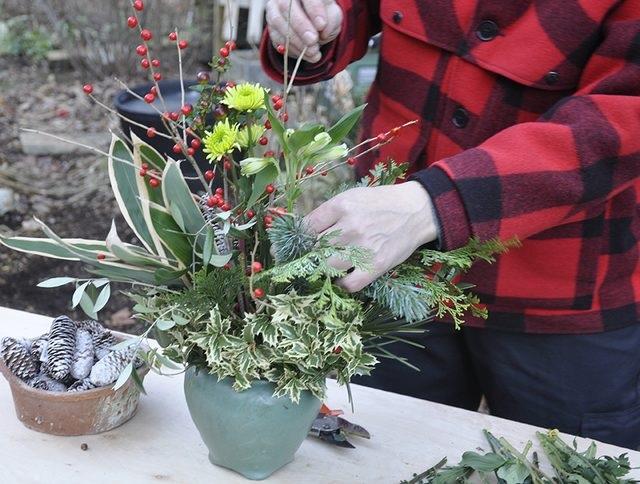 Самые мелкие цветы (сами цветы, не стебли) на длинных стеблях ставим в букет сверху, включая и бутоны