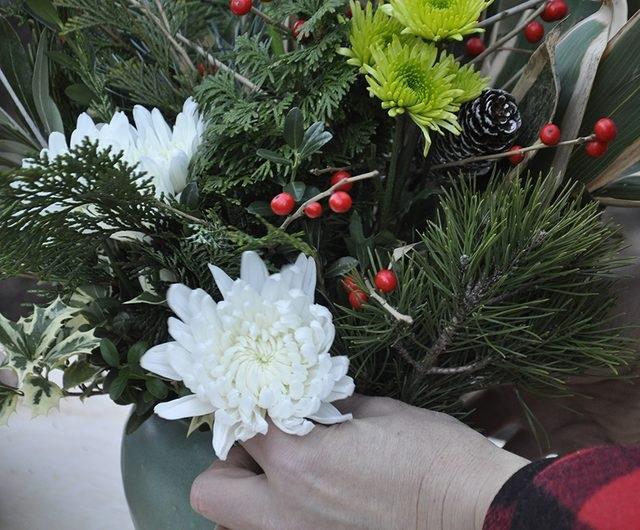 Наиболее крупные цветы затем помещаем как можно ближе к горлу вазы