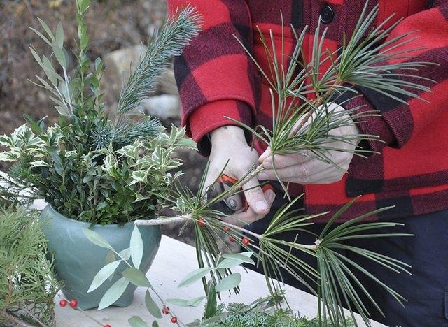 Высокий букет – для напольной вазы, для украшения буфета или камина – соответственно, начинайте выбирать самые высокие ветки и цветы