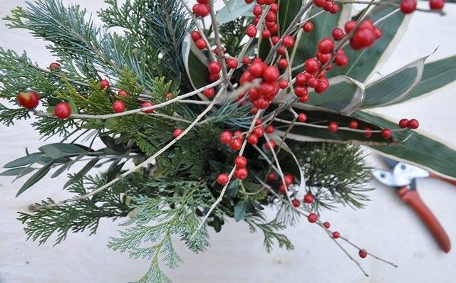 Переходим к голым веткам: вам нужны ветви очень интересной формы или ветви с ягодами, но без листьев