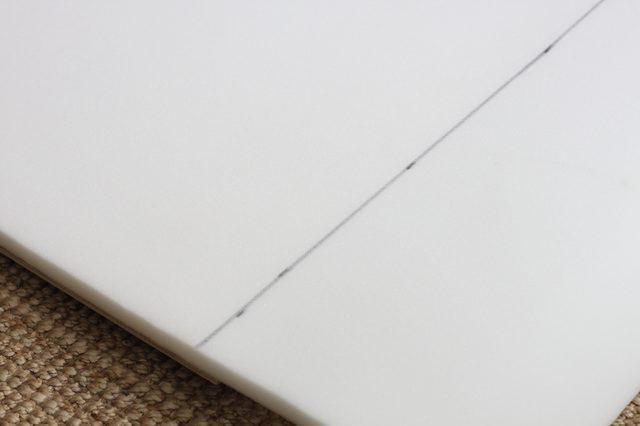 Отмечаем линию среза и обрезаем пеноматериал по необходимости