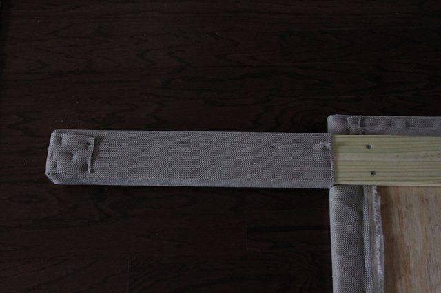 закройте кусками той же ткани ножки снизу и посадите материал на клей и на скобы