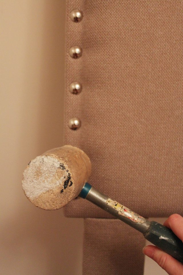 Вбиваем декоративные гвозди тяжелой прорезиненной киянкой (чтобы не повредить декоративные шляпки)