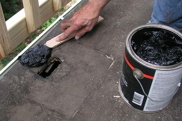 Используя палочку-шпатель для краски нанесите и распределите кровельный клей вокруг отверстия в крыше