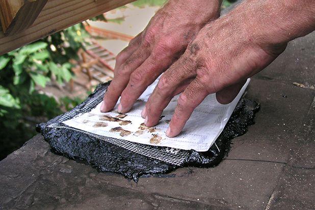 положите сетчатый лист на дыру в крыше
