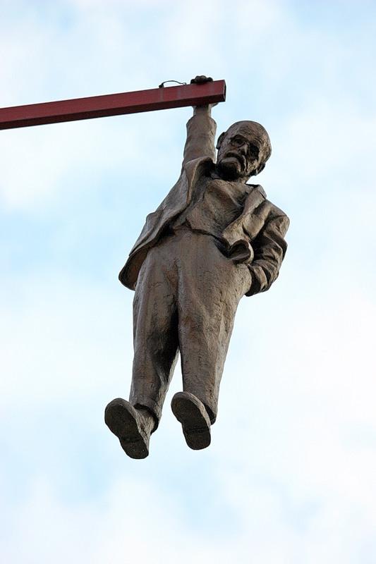 """Скульптура """"повешенного человека"""" Зигмунда Фрейда Давида Черны в Праге"""