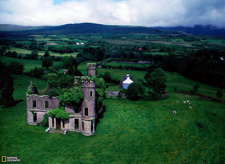 Остов старинного особняка-замка около деревни Килгарван, Ирландия