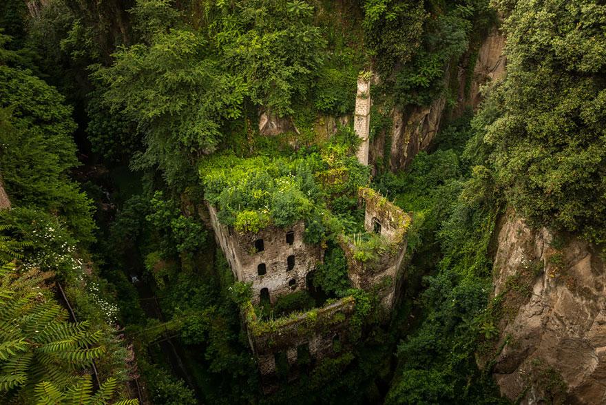 Остов древней заброшенной мельницы среди гор в Сорренто, Италия