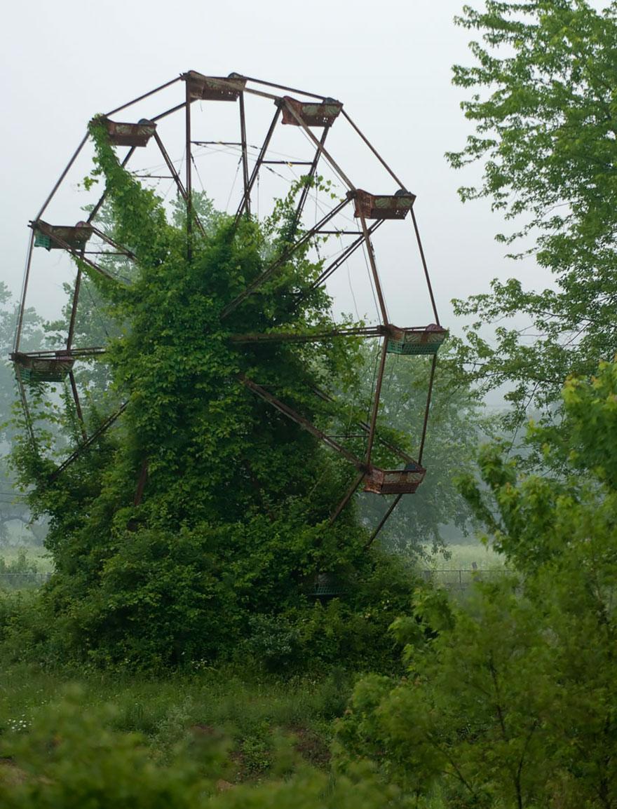 Сломавшееся, некогда брошенное чертово колесо (место неизвестно)