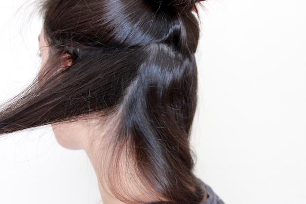 начните делить волосы на секции, которые вы могли бы потом накрутить на бигуди