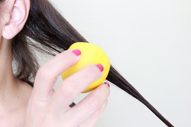 Возьмите половинку свежеразрезанного лимона и натрите им первую секцию волос