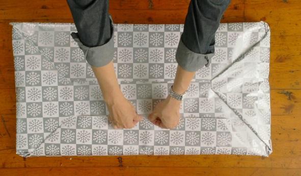 далее упаковываем всю эту красоту в бумагу, как самый обычный прямоугольный подарок