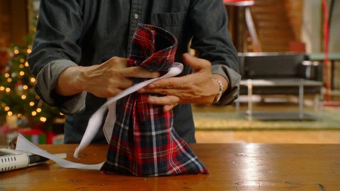 Выворачиваем получившийся мешочек на лицевую сторону, ставим внутрь бутылку, присбираем рукав сверху