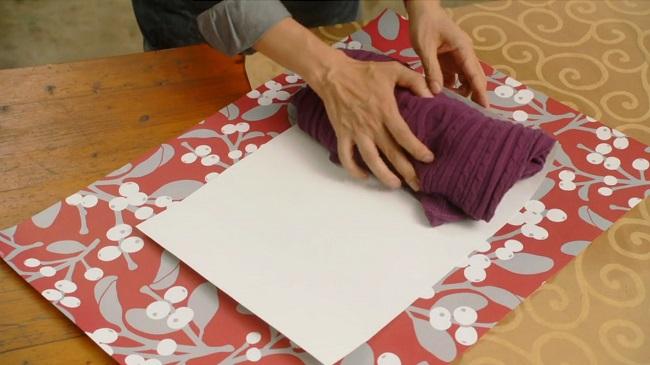 скатываем вещь в ровный небольшой рулон или складываем до ровной высокой прямоугольной стопочки