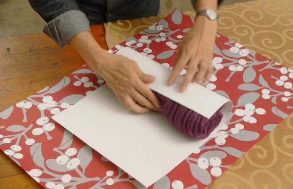 кладем полученное на тонкий картон (можно оклеенный цветной бумагой) и закручиваем вместе с картоном в цилиндр
