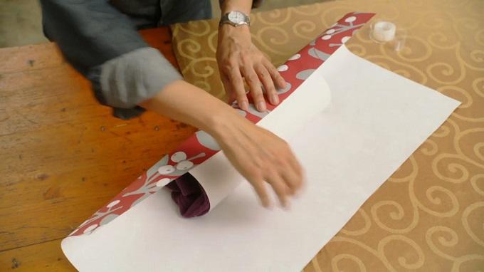 Рулон заворачиваем в большой лист декоративной упаковочной бумаги