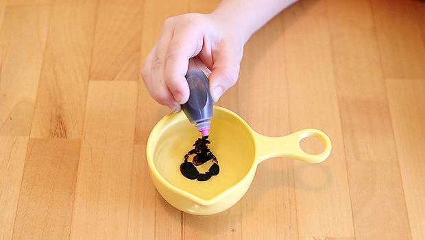 добавляем несколько капель пищевого красителя в перекись водорода