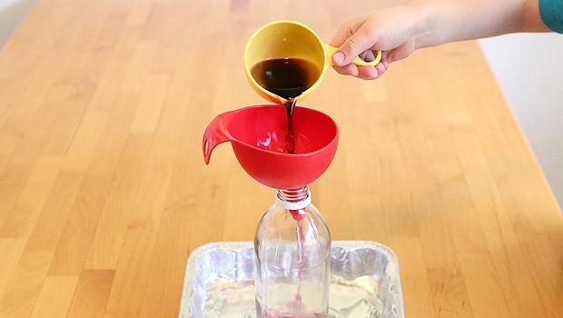 через воронку заливаем смесь в пластиковую бутылку