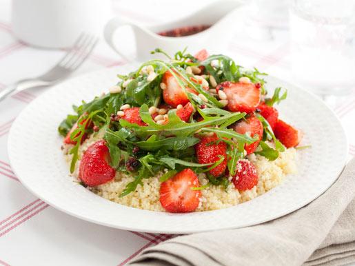 салат для похудения с земляникой руколой и орехами