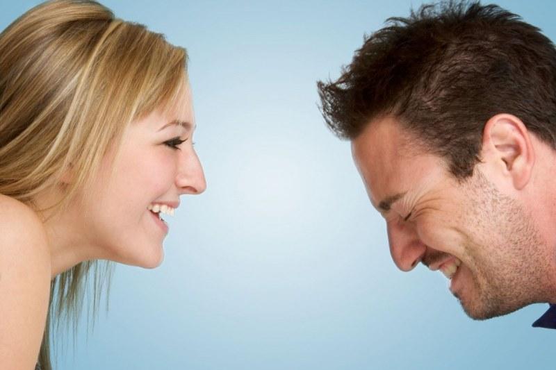 девушка шутит парень смеется