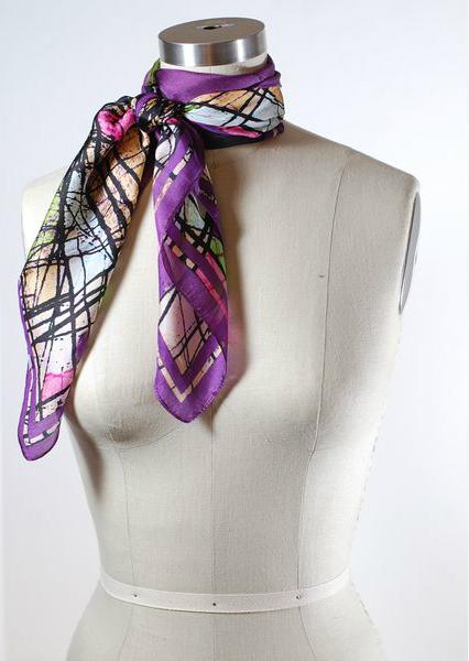 легкий шарфик, завязанный на французский узел с двойным оборотом