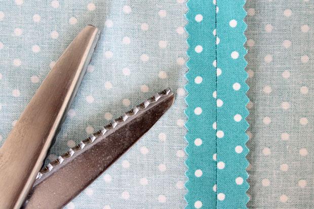 способ предотвратить осыпание краев ткани – использовать фестонные ножницы
