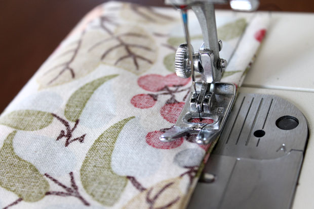 обработка швов при шитье: французская техника - прошейте обычной прямой строчкой на расстоянии в 0,6 см от сгиба