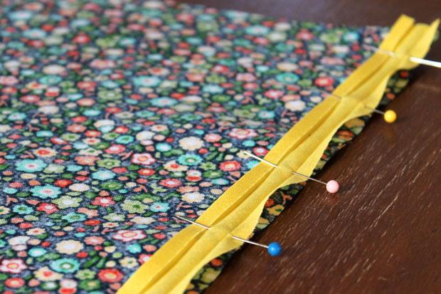 обработка швов при шитье: окантовочный/обтачной шов - приколите булавками полоску к краю ткани