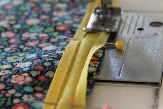 обработка швов при шитье: окантовочный/обтачной шов - пришейте полоску к краю ткани с отступом в 0,6 см от края