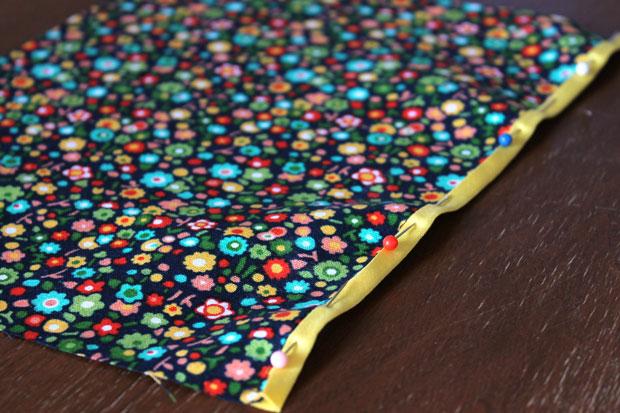 обработка швов при шитье: окантовочный/обтачной шов - перегните полоску через необработанный край на другую – лицевую – сторону ткани