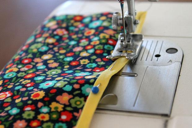 обработка швов при шитье: окантовочный/обтачной шов - пришейте второй подогнутый край полоски прямой строчкой к ткани близко к этому сгибу