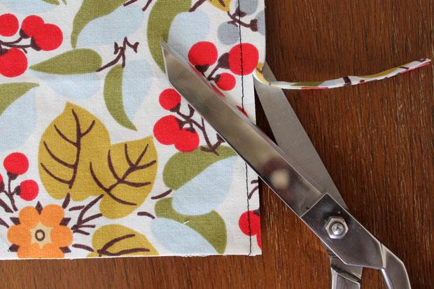 обработка швов при шитье: французская техника - обрежьте сдвоенные необработанные края до 0,3 см от шва